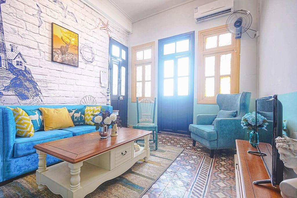 客厅(厅出阳台、阳光直射、空调、风扇)
