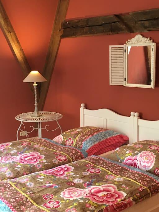 Schlafzimmer 1 mit Schrank, Sessel, Schreibtisch