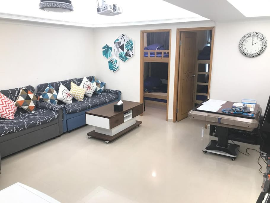 Spacious Living and Dinning Room  with 2 sofa beds. 特大客厅与5座位沙发床