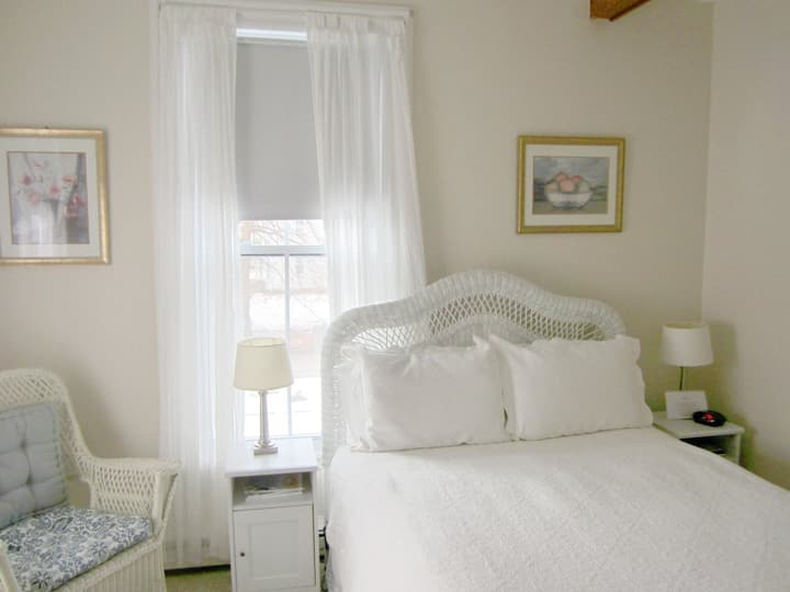 New England Room+Bkft (W)