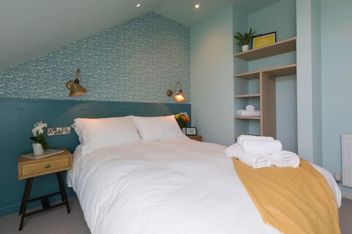 Master bedroom - Kingsize Hypnos bed
