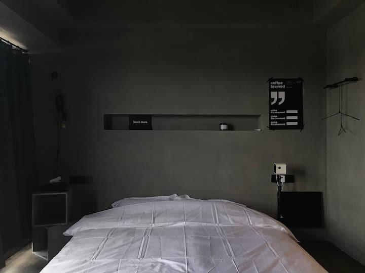Room612迷雾/水泥风家庭影院/落地窗湖景大床房