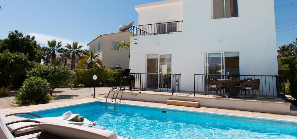 Villa Shiva-Beautiful Villa with Large Pool, BBQ, WIFI and UK Channels. Only 600 Meters from Coral Bay Strip