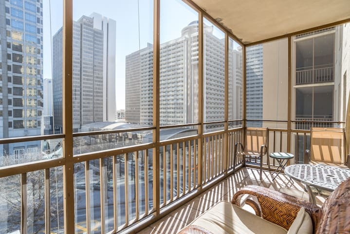 7F Charming Condo overlooking Peachtree Street!
