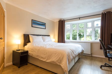 Large superking room w/ ensuite in quiet location - Denmead - Dom