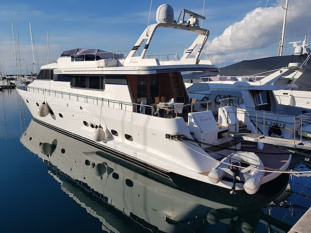 8 people - Entire 25 meter yacht m/y Forever