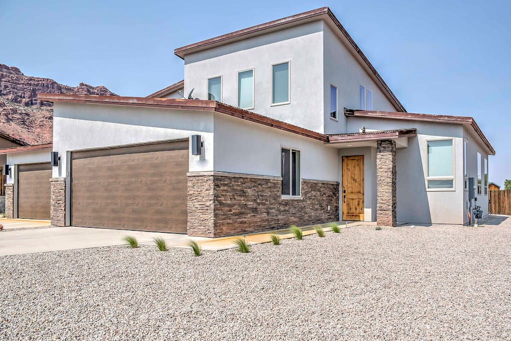 Boasting 1,900 square feet, this property provides plenty of space to stretch out and relax after a day on the red rock valleys.