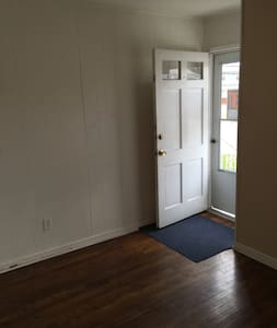 Cozy 3-BR Home - Minutes to  NY City & EWR Airport - Bayonne - Haus