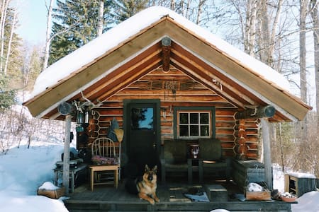 Opheim Lakeshore Romantic Off-grid Cabin