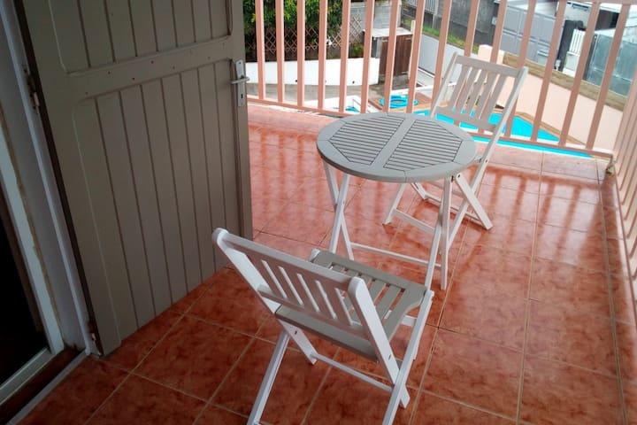 Terrasse attenante à la chambre n°2 vu sur piscine