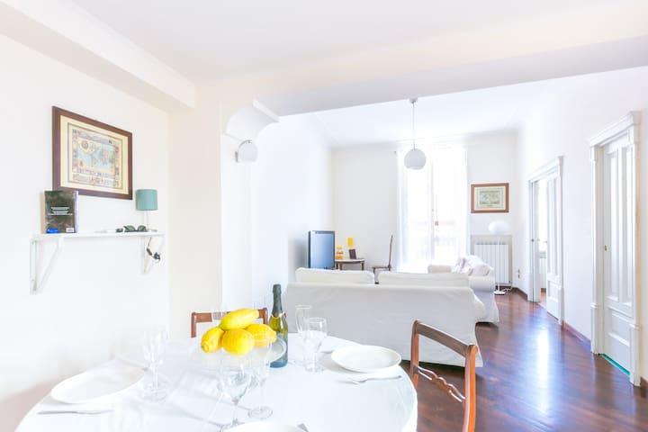 Large & bright apt at Piazza Tasso with balcony