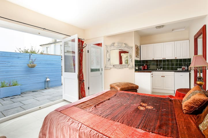 Chic coach house in excellent area