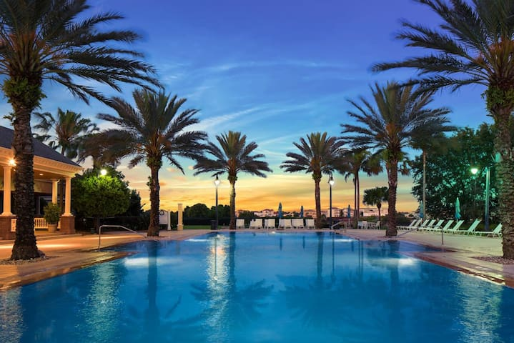 Huge Luxury 10 BD Mansion W Pool - Sleeps 24