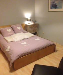 Tarcienne:Lit 2 personnes dans 1 chambre spacieuse - Walcourt - Casa