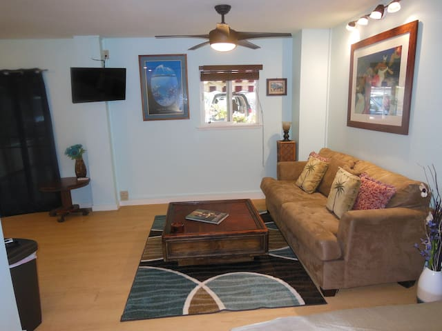 Beautiful studio w/AC one block to Sunset Beach