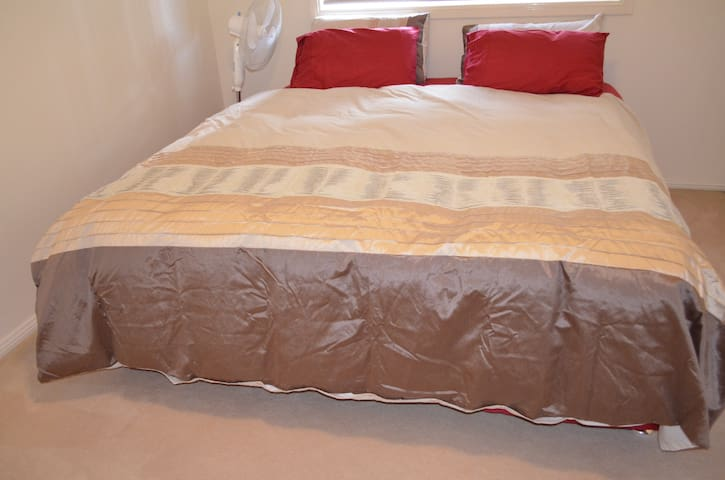 Large bedroom  upstairs in a sunny and tidy home. - Castle Hill