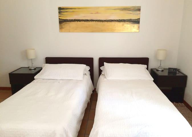 Il letto matrimoniale, a richiesta, è divisibile in due letti singoli.