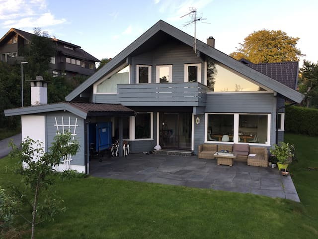 Large villa with fjord view - Bergen - House