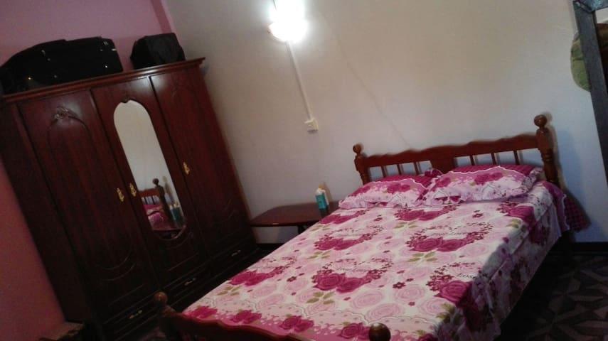 grande chambre comprenant un lit double et un lit superposé