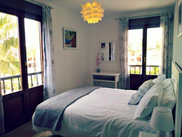 En-suite Master room with King size bed ( Habitación principal con baño privado)