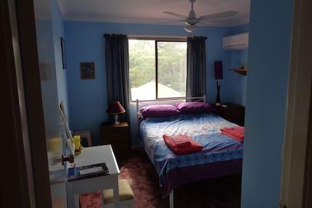 Blue Room in Family Home - Unanderra - Hus
