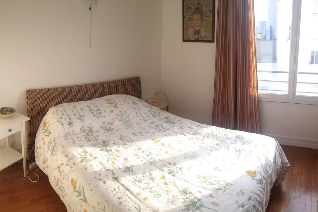 Grand et confortable lit pour deux personnes