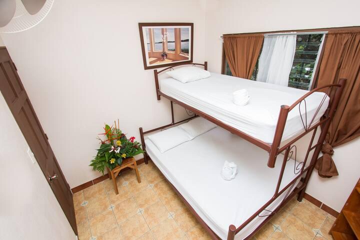 Hostel Manuel Antonio Hab 8 privada c/ventilador