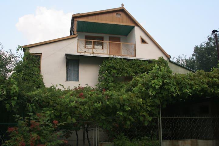 Экологичный коттедж у склона горы - Агой - Casa