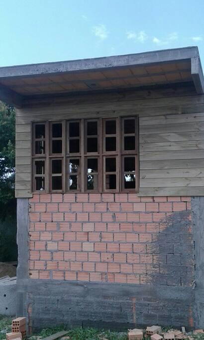 Foto tirada na construção. Antes da  colocação de todas as aberturas e vidros.  Hoje está mobilizada com o básico mas sem pintura.