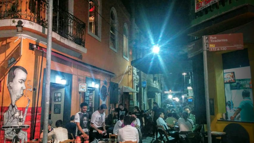 Travessa Ratcliff com tradicionais bares da cidade na esquina do apartamento.