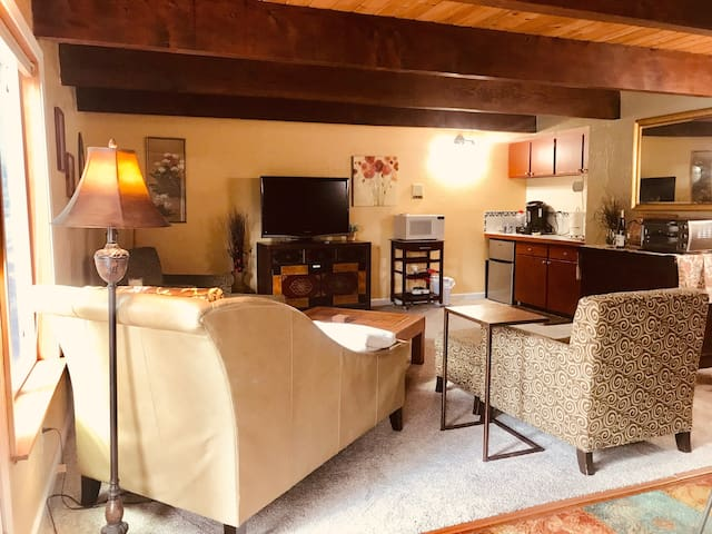 Olympic Sunset Retreat-2 BR, hot tub, 6min to Hwy3