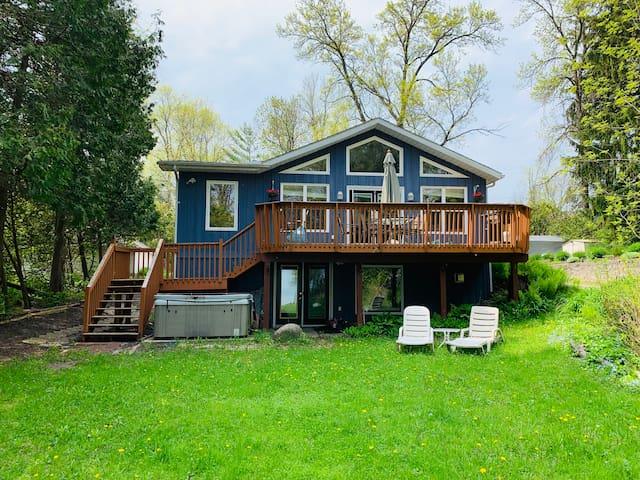 Simcoe Cottage on the Lake (Near Casino Rama)