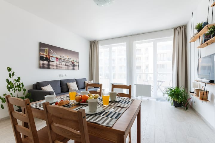 BRAND NEW and Sunny Apt. with Netflix