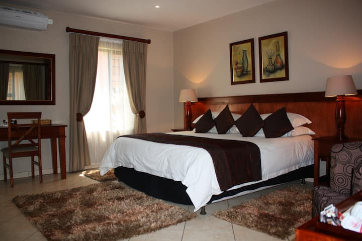 Private En-suite Room, 1king, 2km to Montecasino