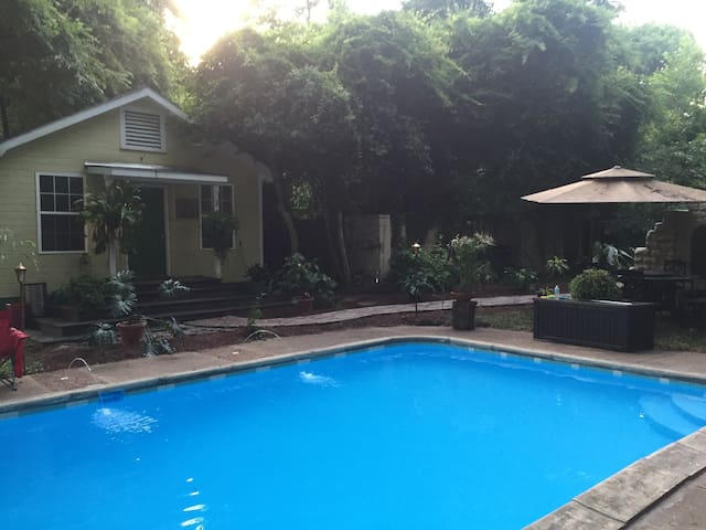 Charming downtown pool house - Tupelo - Rumah