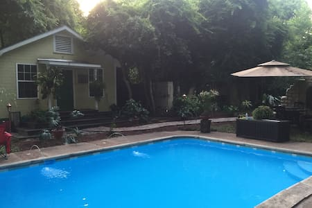 Charming downtown pool house - Tupelo - Maison