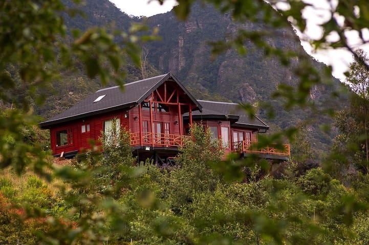 """Refugio de la montaña, Casa del Árbol """"El Raque""""."""