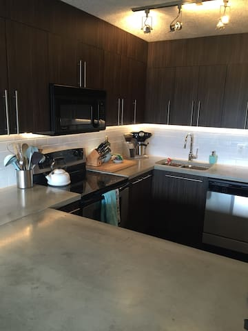 Top floor, bright, quiet and steps from 17th Ave! - Calgary - Apartment