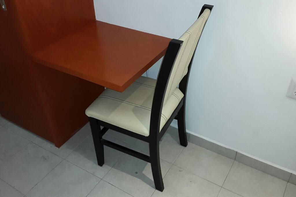 Small desk to use your laptop / Pequeño escritorio para uso de su laptop