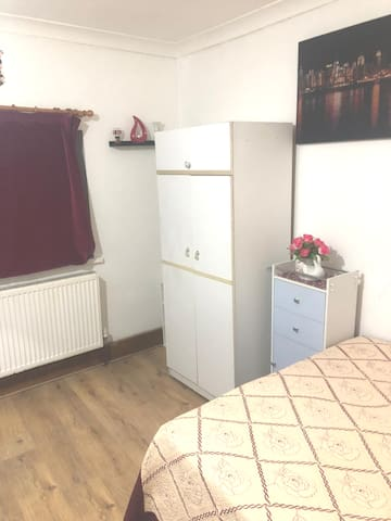 DOUBLE  BEDROOM IN BARKING  5  MIN WALK TO STATION