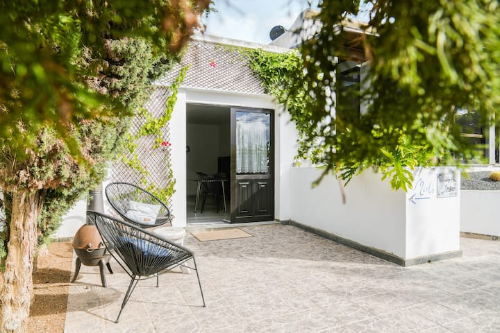 Beautiful Cottage Mirlo with Terrace, Fragrant Garden & Wi-Fi; Parking Available