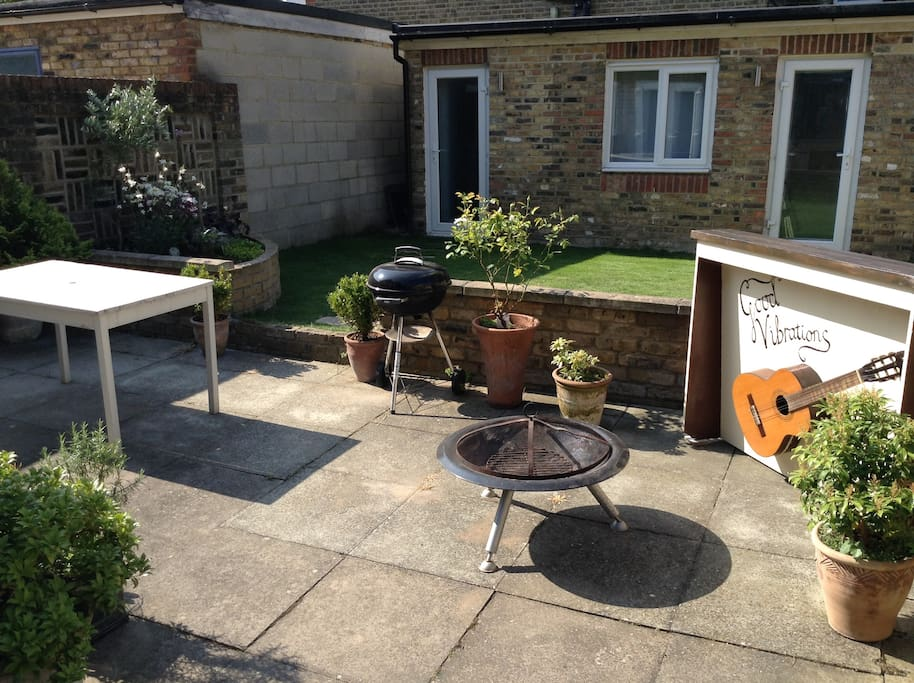 Large garden with Bar, BBQ and Fire Pit