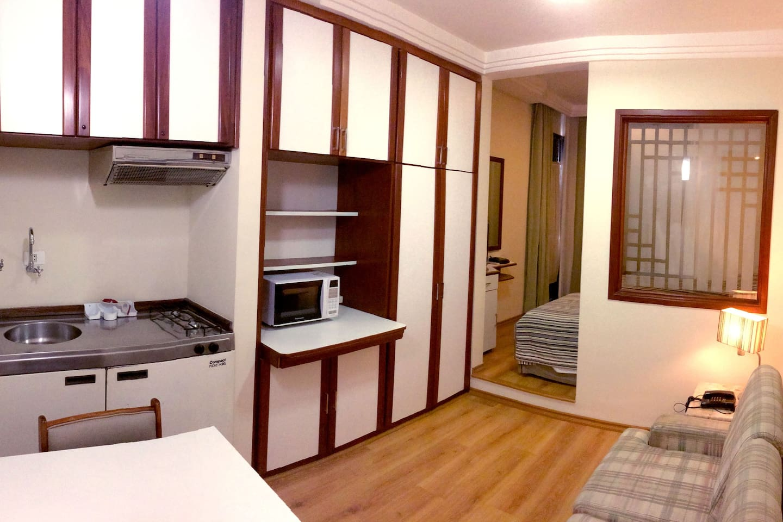 Panorâmica: Sala e cozinha.