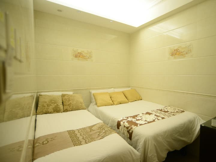 Triple room in Mong Kok. Near the MTR.