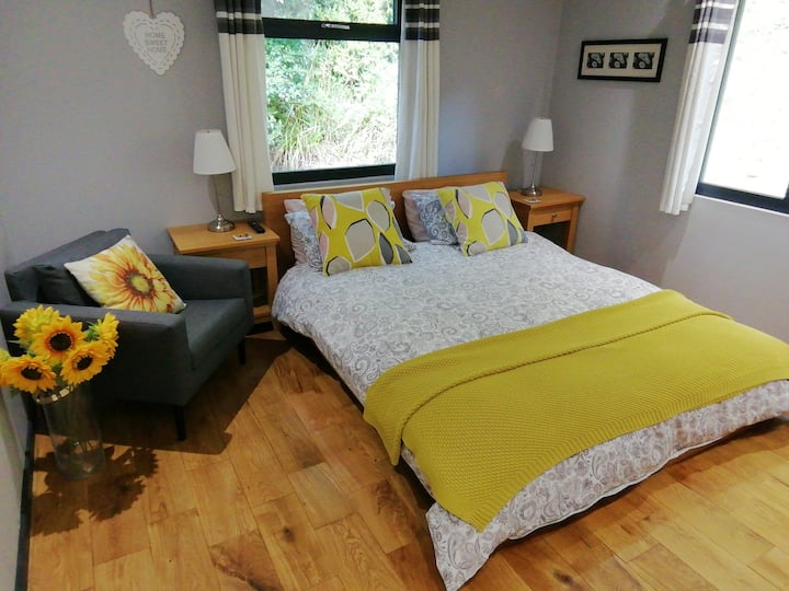 Malvern Hills walkers' retreat - Sunflower room