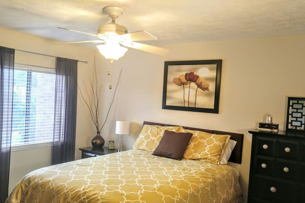 Master bedroom: Queen size bed with pillow-top mattress