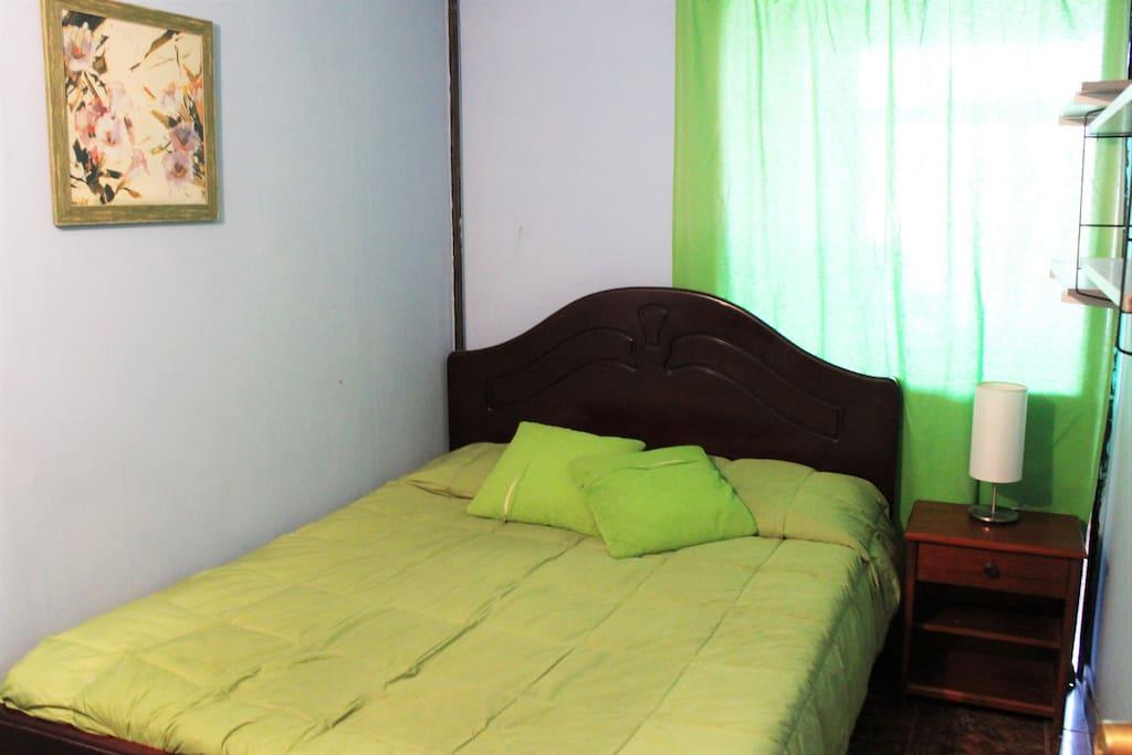Habitación privada con cama matrimonial. ----- Private bedroom with doble bed.