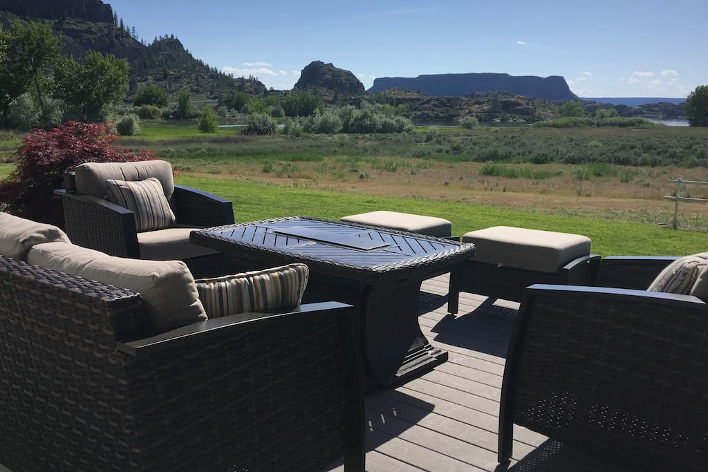 Spacious backyard patio overlooks Banks Lake and Steamboat Rock