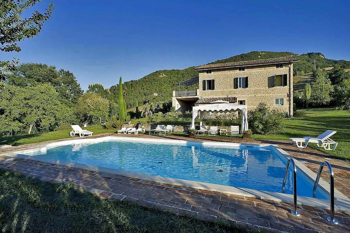 Tasteful villa with private swimming pool, beautiful view, enclosed garden