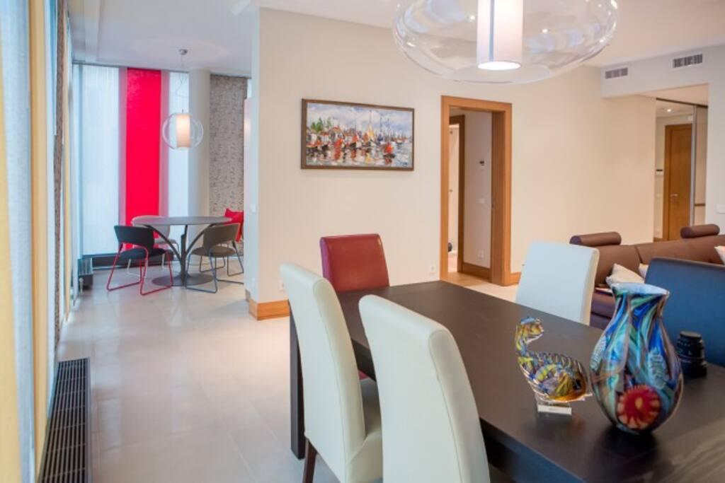 Вид из гостиной на кухонную зону и на столовую зону.